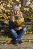 Flicka med höstlynne fotografering för bildbyråer