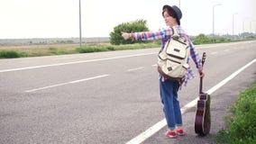 flicka med hake-fotvandra för gitarr arkivfilmer