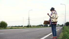 flicka med hake-fotvandra för gitarr stock video