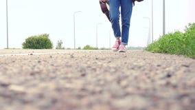 flicka med hake-fotvandra för gitarr lager videofilmer