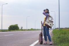 flicka med hake-fotvandra för gitarr royaltyfria bilder