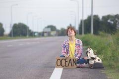 flicka med hake-fotvandra för gitarr arkivbilder