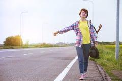 flicka med hake-fotvandra för gitarr royaltyfri bild
