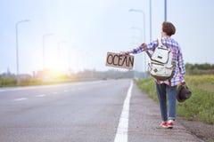 flicka med hake-fotvandra för gitarr arkivfoto