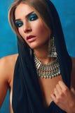 Flicka med halsbandet Arkivbilder