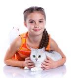 Flicka med hans katt fotografering för bildbyråer