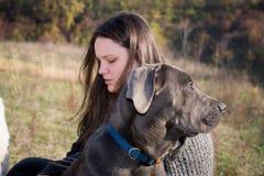 Flicka med hans rottingcorsovalp Arkivbild