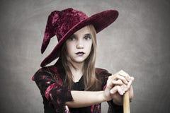 Flicka med hatten halloween Arkivbild
