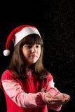 Flicka med hatten i jul med snö Arkivfoto