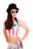 flicka med hatten som isoleras på den vita bakgrundsmodemodellen Arkivbild
