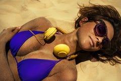 Flicka med headphonen Royaltyfri Bild