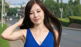 Flicka med henne stängda ögon Vägen till bakgrunden Fotografering för Bildbyråer