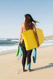Flicka med hennes bodyboard fotografering för bildbyråer