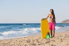 Flicka med hennes bodyboard royaltyfri bild