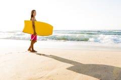 Flicka med hennes bodyboard arkivfoto