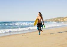 Flicka med hennes bodyboard royaltyfria foton