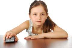 Flicka med hennes datormus Arkivbild