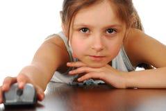Flicka med hennes datormus Royaltyfri Bild