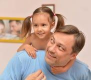 Flicka med hennes fader Royaltyfri Bild