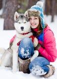 Flicka med hennes gulliga hund Royaltyfri Foto