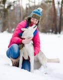 Flicka med hennes gulliga hund Arkivbild