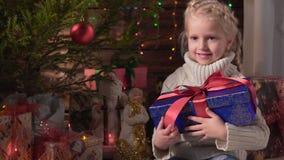 Flicka med hennes julgåva arkivfilmer