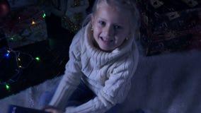 Flicka med hennes julgåva lager videofilmer