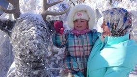 Flicka med hennes moder som slår en hjort arkivfilmer