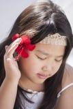 Flicka med hibiskusblomman Arkivbilder