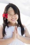 Flicka med hibiskusblomman Fotografering för Bildbyråer