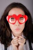 Flicka med Hjärta-formade exponeringsglas Arkivbild