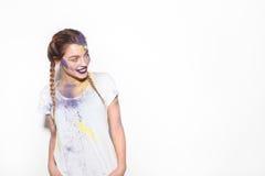 Flicka med Holi färger som ser på sida arkivbilder