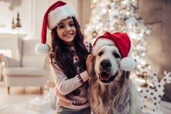 Flicka med hunden på helgdagsafton för ` s för nytt år royaltyfria bilder