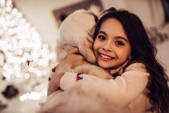 Flicka med hunden på helgdagsafton för ` s för nytt år royaltyfria foton