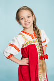 Flicka med i den traditionella ryska dräkten Royaltyfri Bild