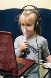 Flicka med inhalatoren Arkivfoto