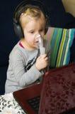 Flicka med inhalatoren Arkivbilder
