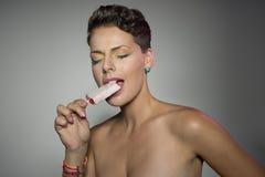 Flicka med isglassen Arkivbild