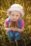 Flicka med jordgubbar Arkivbild