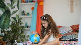 Flicka med jordklotet lager videofilmer