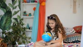 Flicka med jordklotet stock video
