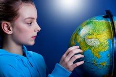 Flicka med jordklotet royaltyfri fotografi