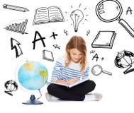 Flicka med jordklotet och boken Arkivbilder