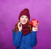 Flicka med julgåvan Arkivbilder