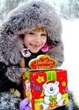 Flicka med julgåvan Royaltyfri Fotografi