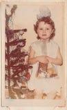 Flicka med julgåvor Arkivbild