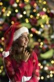 Flicka med julhatten på svart Royaltyfri Fotografi