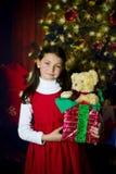 Flicka med julklapp Royaltyfri Bild