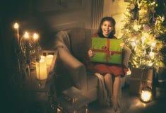 Flicka med julklapp royaltyfria bilder