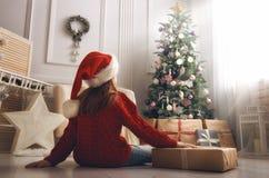 Flicka med julklapp arkivfoto